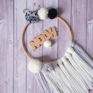 suspension-personnalisation-sur mesure-mogcha-prénom-pompon-laine-impression 3D-bois-décoration murale-chambre enfant-chambre bébé