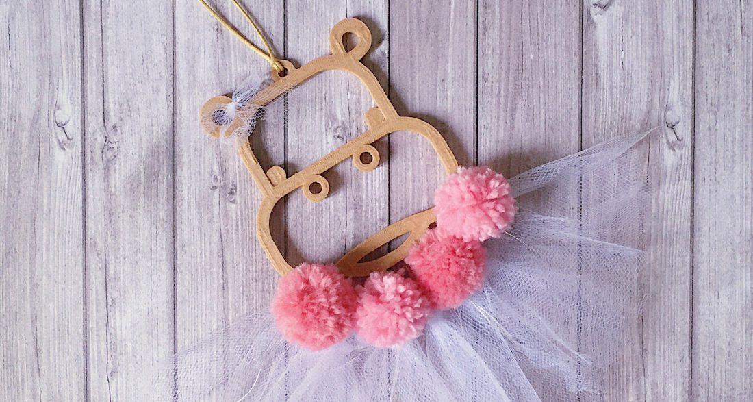 suspension-personnalisation-sur mesure-mogcha-hippopotame-pompon-laine-tulle-rose-impression 3D-bois-décoration murale-chambre enfant-chambre bébé